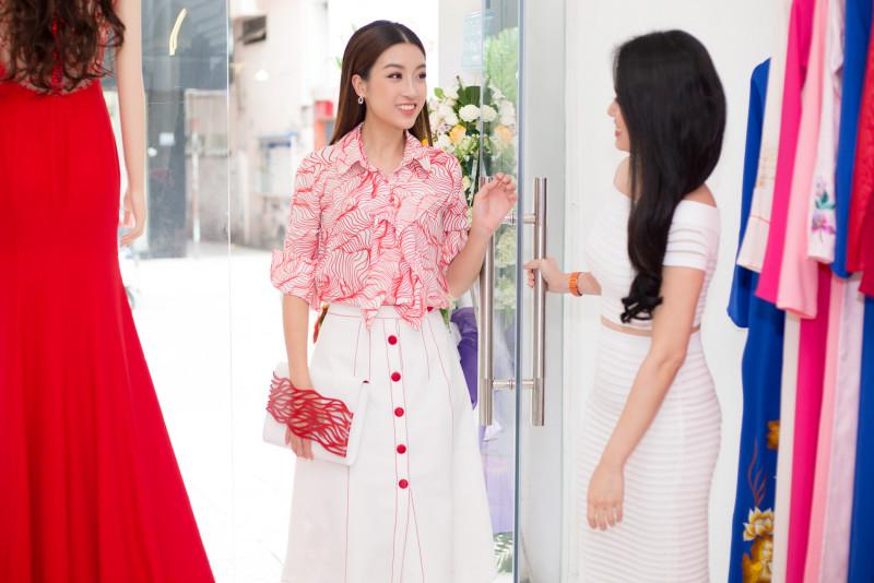 Cô diện bộ trang phục kín đáo với hoạ tiết bắt mắt của NTK Lê Thanh Hòa. Đây là bộ trang phục nằm trong bộ sưu tập ứng dụng mới nhất của Lê Thanh Hòa mới ra mắt công chúng.