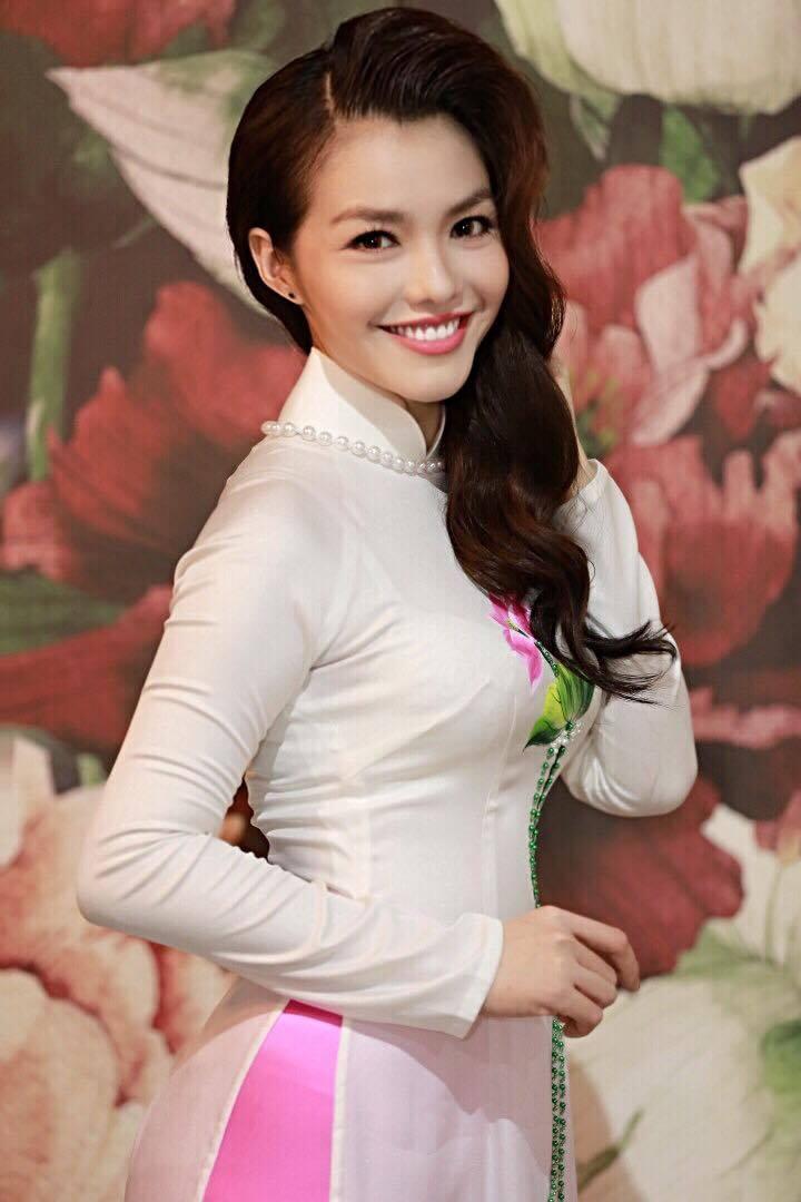 Nàng Hơn Hồng Kim Hạnh diện áo dài khoe vẻ đẹp ngọt ngào