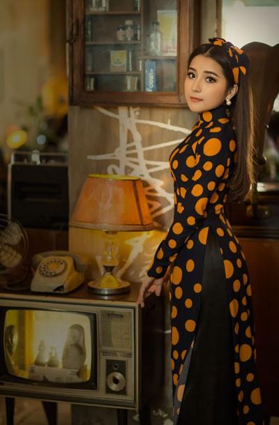 Cô gái xứ Nghệ thu hút mọi ánh nhìn trong từng khung hình đầy hoài cổ. Được biết, Ngọc Ánh là người mẫu duy nhất được NTK Linh Bùi tin tưởng mời thể hiện BST mới nhất.