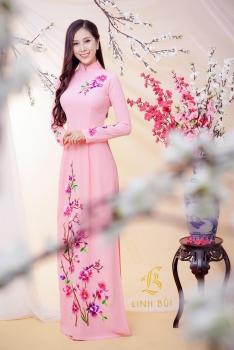 Áo dài hồng thêu hoạ tiết hoa rực rỡ
