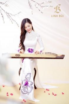 Áo dài trắng thêu hoạ tiết hoa tím và đính kết lấp lánh nổi bật