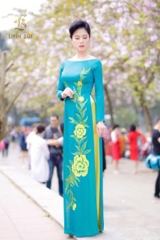 Áo dài xanh thêu họa tiết hoa vàng tinh tế, cổ cách tân hiện đại