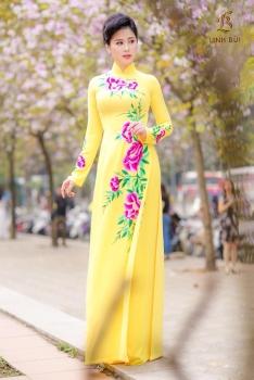 Áo dài vàng thêu hoạ tiết hoa hồng nổi bật