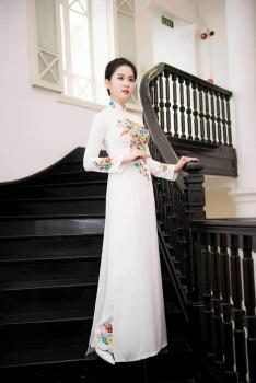 Áo dài trắng thêu hoa sặc sỡ tạo điểm nhấn ở cổ và tay áo