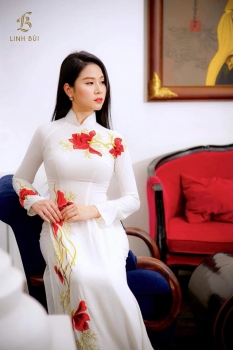 Áo dài trắng thêu hoa đỏ nổi bật