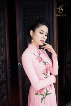 Áo dài hồng kết đính hoa tuylip lấp lánh nổi bật
