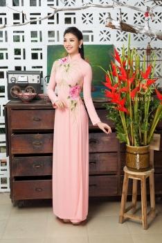 Áo dài cưới màu hồng thêu hoa sắc hồng mềm mại