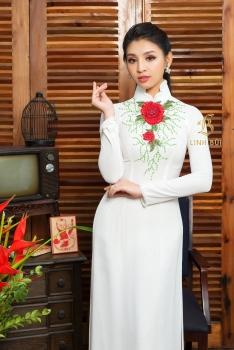 Áo dài cưới màu trắng kết hoa đỏ nổi bật