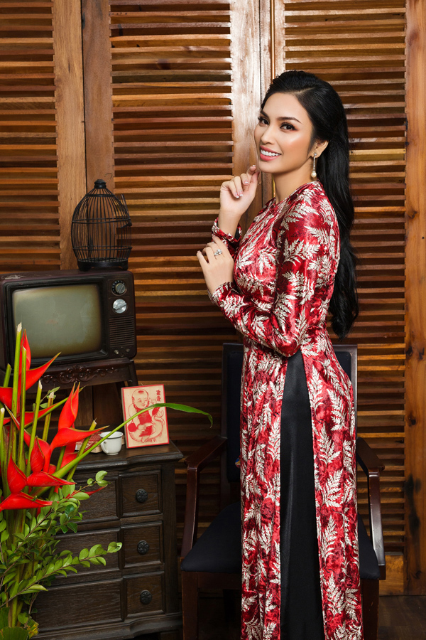 Bộ sưu tập áo dài dành cho mùa xuân sử dụng chất liệu nhung the sang trọng và giữ nguyên phom dáng truyền thống, giúp phái đẹp khai thác đường nét cơ thể quyến rũ.
