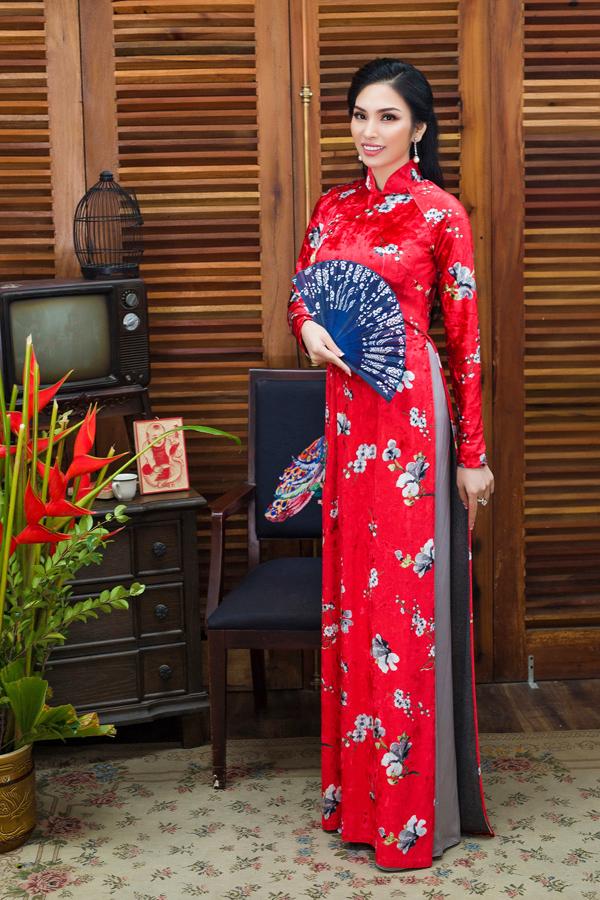Sắc đỏ đặc trưng ngày Tết và họa tiết hoa đào, hoa mai đưa không khí mùa xuân rộn ràng theo từng bước chân phái đẹp.