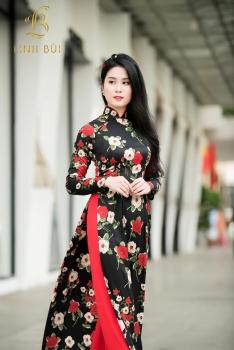 Áo dài đen hoa đỏ trắng cuốn hút