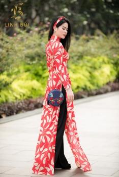 Áo dài lụa đỏ họa tiết lá cây xen kẽ