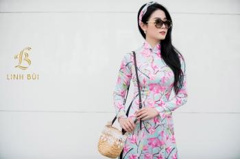 Áo dài xanh nhạt họa tiết hoa hồng đào tinh tế nhã nhặn